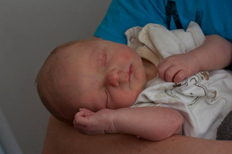 Baby van: Shana en Jonas - Geboren op: 5 juni 2013  - Onze Jasper is echt een schat van een kind. hij kan kattekwaad uithalen maar ook oooh zo lief komen knuffelen en kusjes geven. Wij zouden nooit meer zonder hem kunnen. Op foto is hij juist geboren en nu is hij ondertussen al een mooie flinke deugniet van 14 maand.